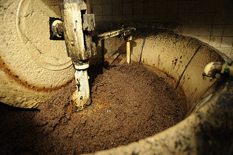 Photo du moulin à huile et d'un fut d'huile d'olive